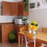 Cucina-tavolo verso angolo mobili (3)