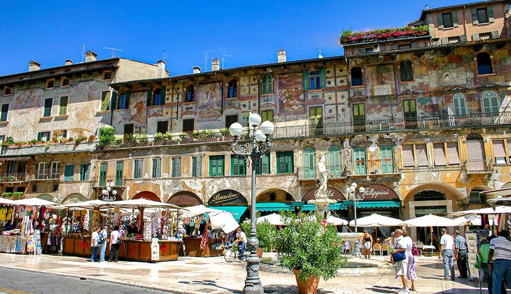 Piazza delle Erbe (o piazza Erbe) a Verona