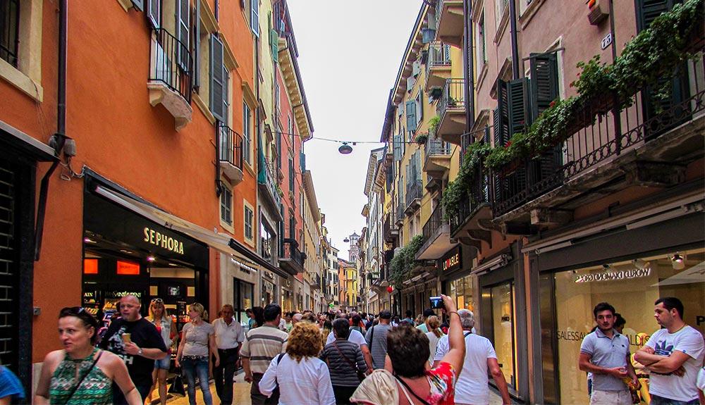 Via Mazzini a Verona: a via dello shopping